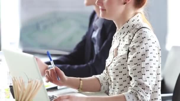 Geschäftsfrau mit roten Haaren bei Büro-Meeting