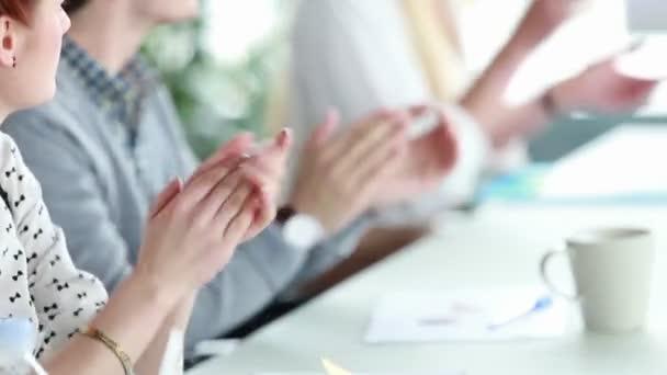 Podnikatelé tleskají rukama