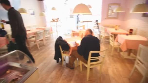 Lidé sedí v restauraci