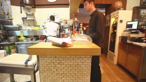 Koch und Kellner in der Restaurant-Küche