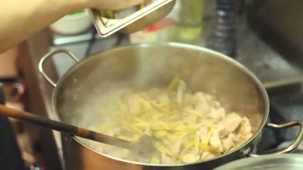 Kuchař vaření nádobí