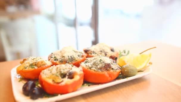 Zeleninové jídlo na talíři v restauraci