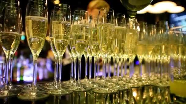 bicchieri riempiti con champagne