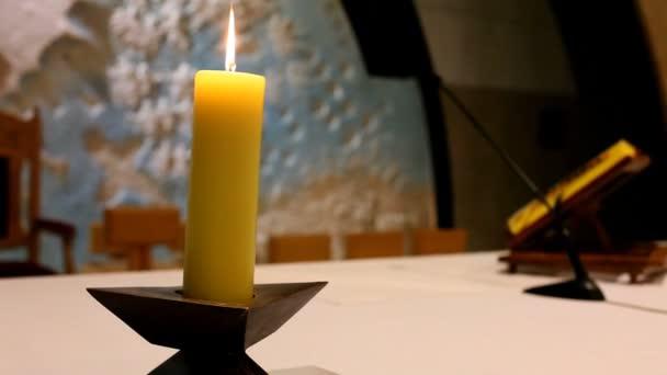 Hořící svíce na oltáři