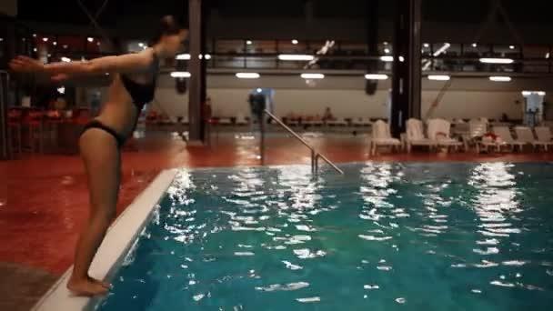 Žena, potápění v bazénu