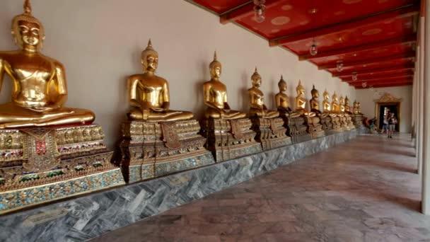 Sochy Buddhy v chrámu Wat Pho