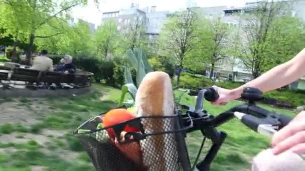 Dívka na koni kolo s košíkem