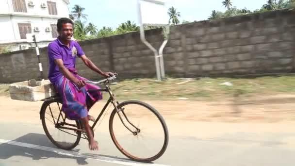 Helyi ember lovaglás kerékpár