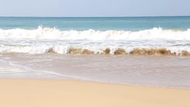 Vlny narážely na písčité pláži Mirissa