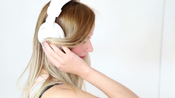 Nő a fehér fejhallgató zenét hallgatni