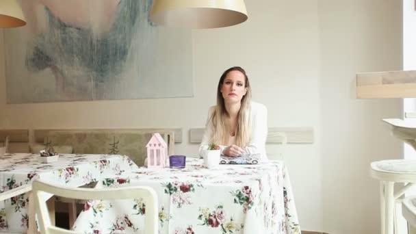 schöne junge Frau wartet in einem Café auf ihr Date