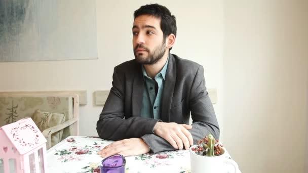 schöner junger Mann wartet in einem Café auf sein Date