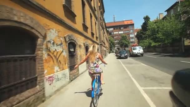 Žena na kole v setkání s přítelem