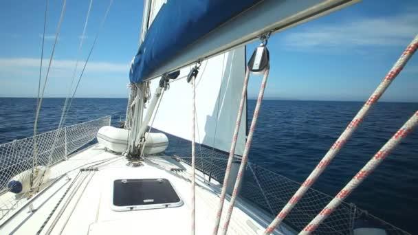 Pohled z paluby plachetnice