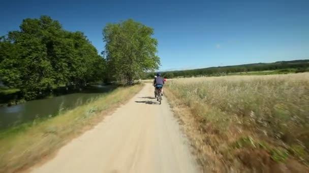 Muž na kole na polní cestě