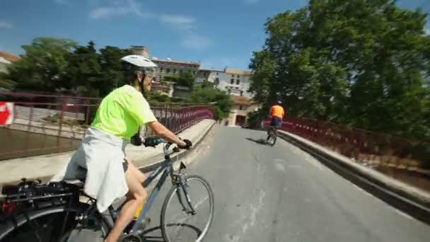 Důchodci pár na kole na silnici
