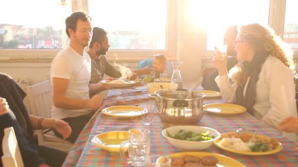 Skupina přátel, jíst oběd doma