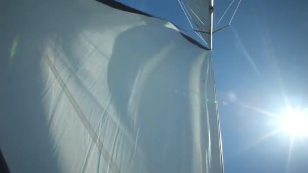 Vitorla lebeg a szélben egy vitorláson