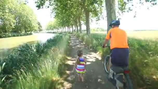 Muž na kole s vnučka