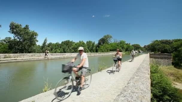 Cyklista předávání akvadukt