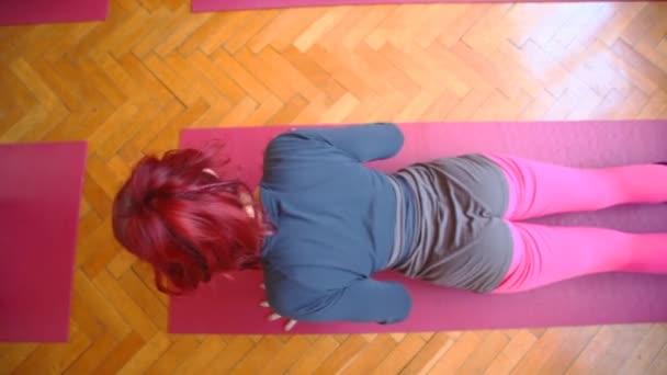 Frau macht Yoga auf Gummimatte