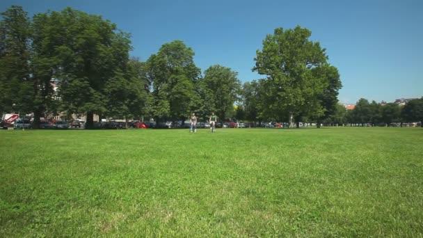 Pár, kteří požívají, jízda na kole přes park