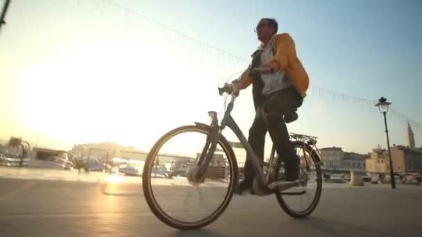 Muž na kole na silnici