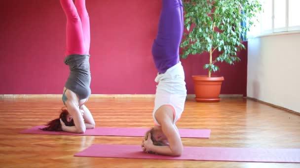 Frauen machen Yoga auf Gummimatten