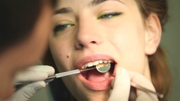 Žena v zubní ordinaci