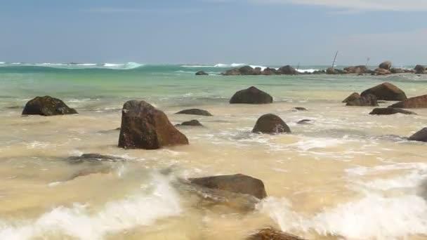 Nagy sziklák, a gyönyörű homokos strandtól, Srí Lanka