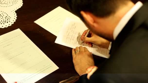 Ženich podepisování dokumentu