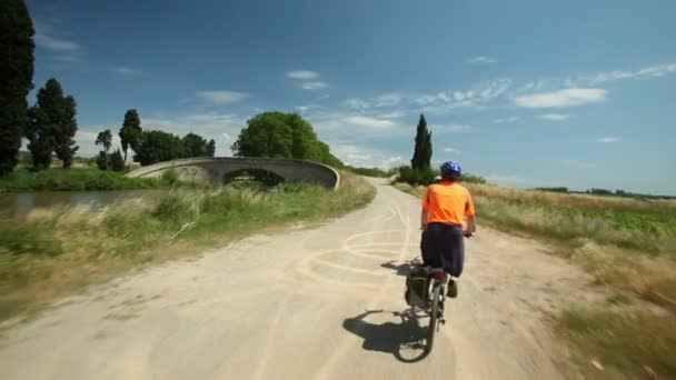 Pár na kole vedle řeky