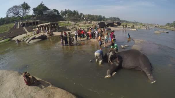 Kostým Indián mytí slon ve vodě