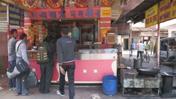 Menschen kaufen indischen snacks