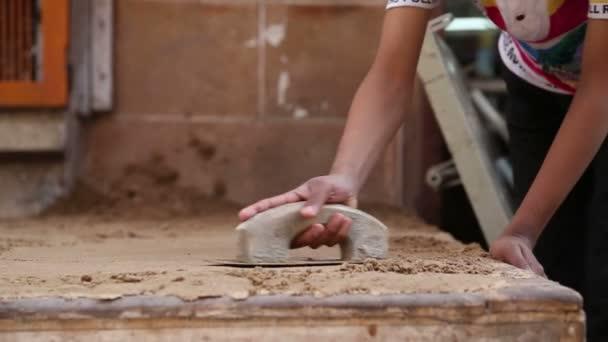 Indiai fiú átszervezve homok