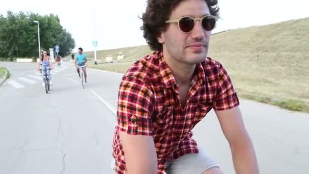dospělí na kole a s selfies