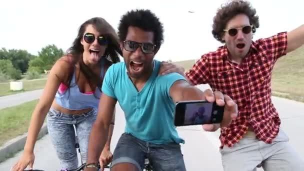 Erwachsene fahren Fahrrad und machen Selfies