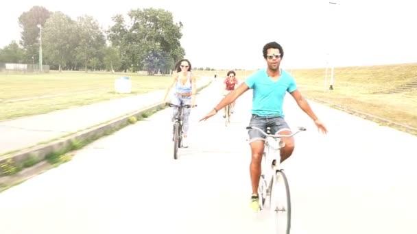 Mladí dospělí na kole venku