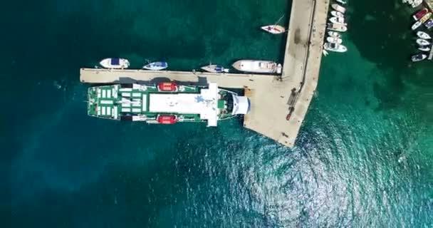 Trajekt zakotvila v přístavu Olib