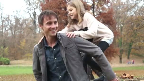 Dívka se skáče na tátův zadek