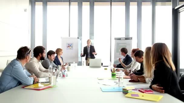 podnikatelka na setkání s kolegy