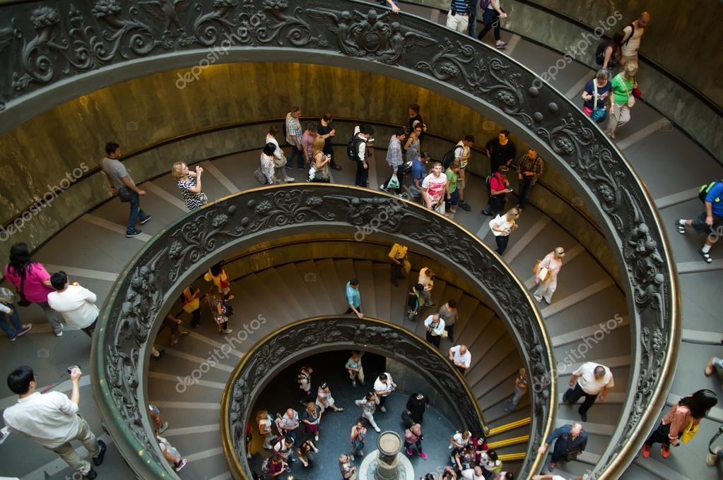 Spiraal trap in de vaticaanse musea u redactionele stockfoto