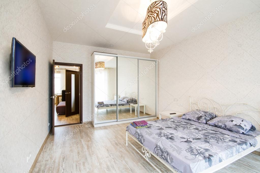 Interieur design grote moderne slaapkamer u stockfoto