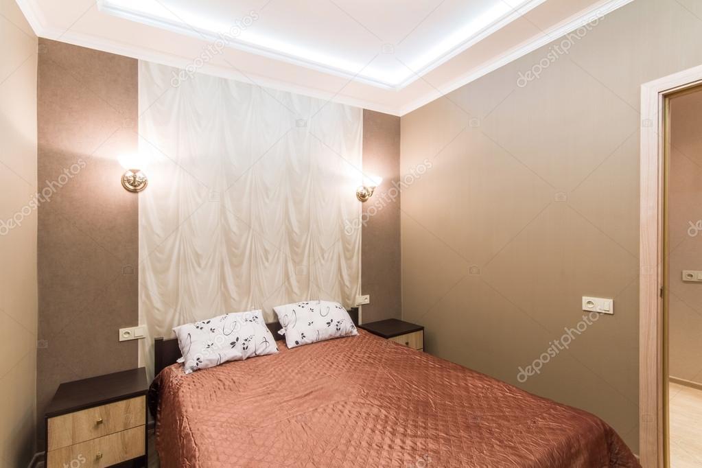 Camera d\'albergo. Piccola camera da letto con letto matrimoniale ...