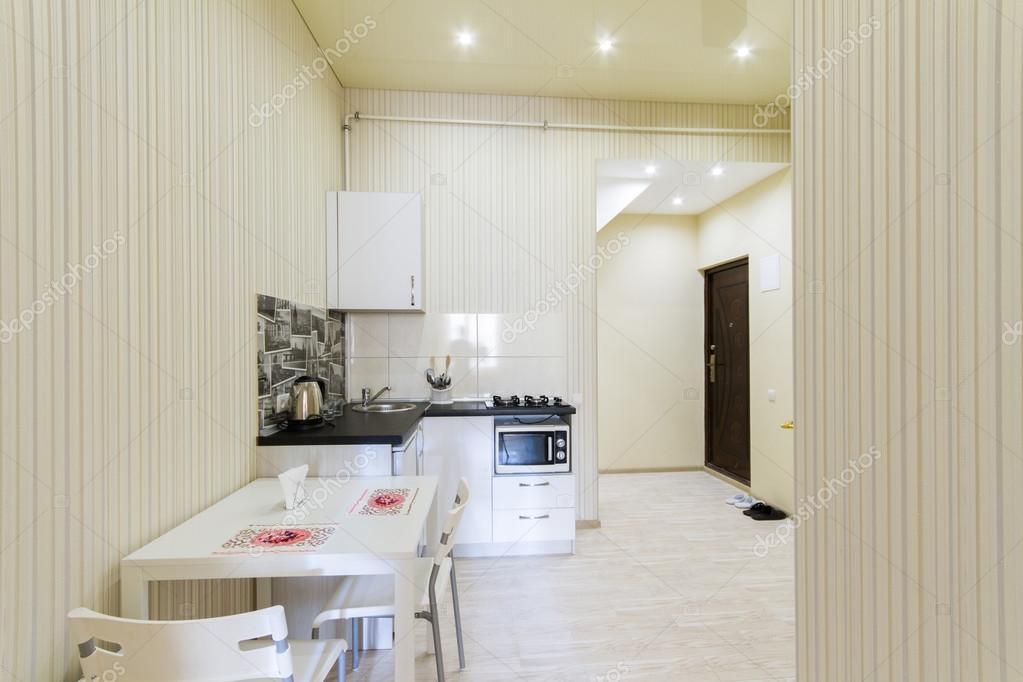 Kleine keuken in een studio appartement u stockfoto ratatos
