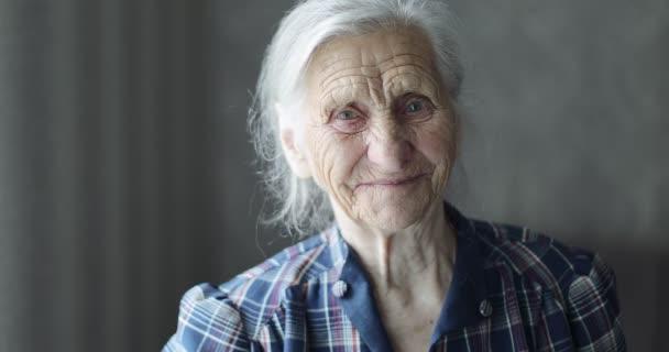 Tvář a oči staré ženy.