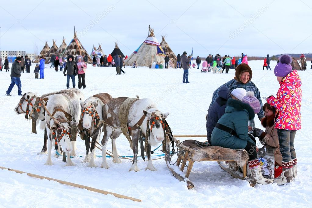Nadym, ロシア - 2015 年 3 月 14 日: 若いマンしかチームとネネツの休日に「トナカイ飼育の日」。ネネツ - ロシアの北の先住民 —  [著者]の写真 Nadym