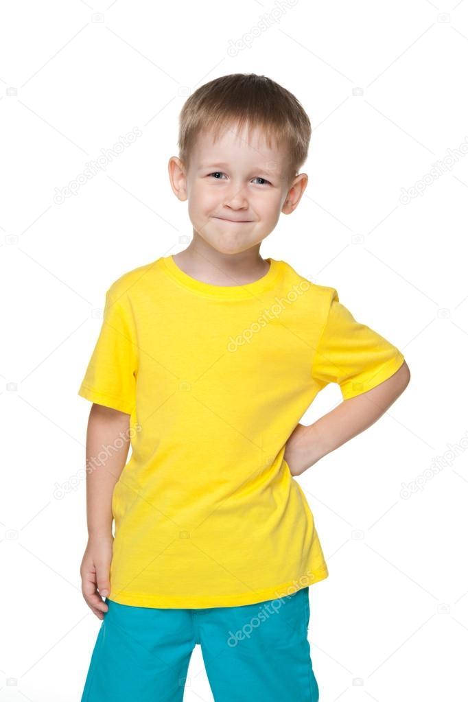 fb5396c90 niño sonriendo en una camiseta amarilla — Fotos de Stock © SergiyN ...