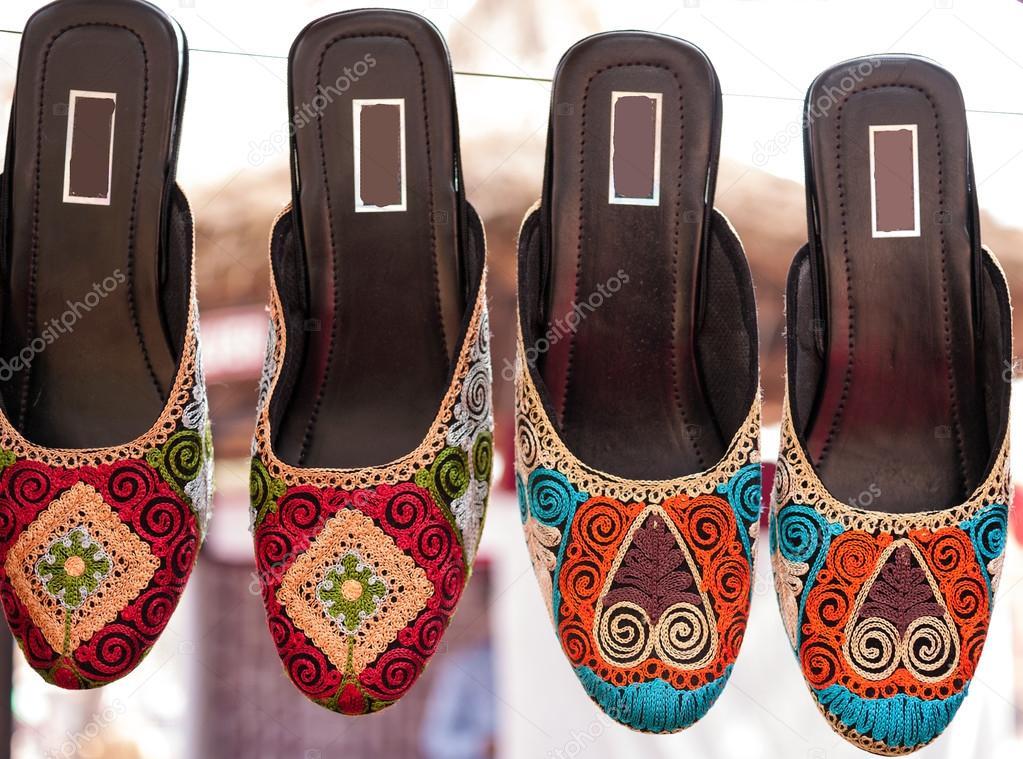 bunten ethnischen Schuhe zum Flohmarkt in Indien — Stockfoto © Mivr ...