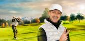 Zblízka portrét gritty golfisty kousajícího svou golfovou hůl. Golfové hřiště s golfistou v pozadí.